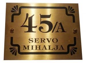 Tabla od mesinga sa oznakom adrese i broja kuće