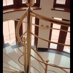 Stepenište od mesinga. Razne varijacije, po narudžbi. Cena zavisi od stepeništa, dimenzija i ukrasa. Radi se po dužnom metru.